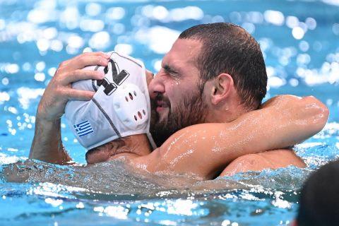 Ο Βλαχόπουλος αγκαλιά με τον Σκουμπάκη
