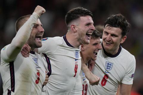 Οι Σο, Ράις, Μάουντ και Μαγκουάιρ πανηγυρίζουν τη νίκη της Αγγλίας επί της Δανίας στον ημιτελικό του Euro 2020   7 Ιουλίου 2021