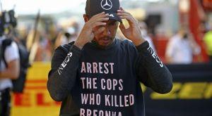 Η FIA ερευνά αν παραβίασε κανονισμό ο Χάμιλτον με τη μπλούζα για την Μπριόνα Τέιλορ