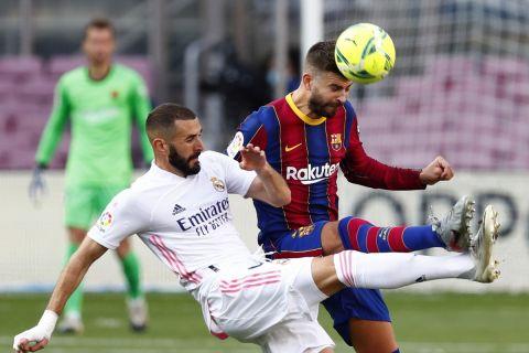 """Ο Καρίμ Μπενζεμά της Ρεάλ μονομαχεί με τον Ζεράρ Πικέ της Μπαρτσελόνα για τη La Liga 2020-2021 στο """"Καμπ Νόου"""", Βαρκελώνη   Σάββατο 24 Οκτωβρίου 2020"""