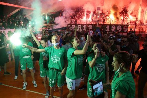 Οι αθλήτριες του Παναθηναϊκού στη φιέστα μετά το πρωτάθλημα
