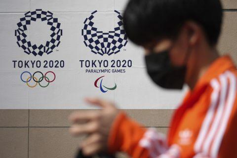 Άνδρας φορά μάσκα στο Τόκιο