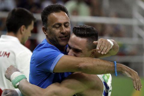 Ο Πετρούνιας αγκαλιά με τον προπονητή του Δημήτρη Ράφτη στους Ολυμπιακούς Αγώνες του Ρίο 2016
