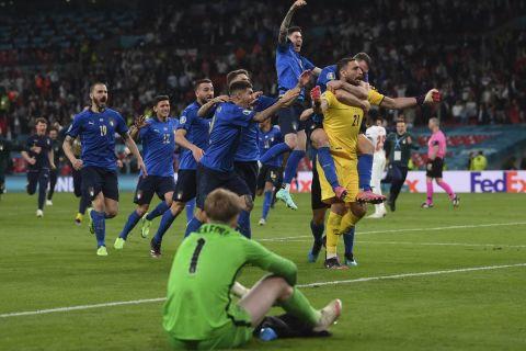 Οι παίκτες της εθνικής Ιταλίας πανηγυρίζουν την κατάκτηση του Euro 2020