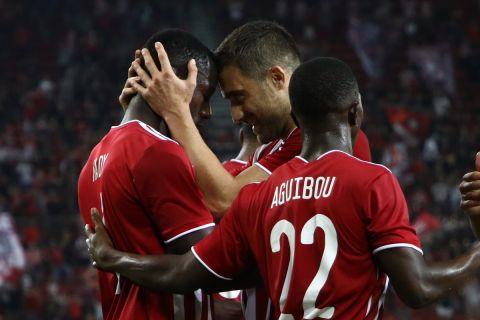 Οι παίκτες του Ολυμπιακού πανηγυρίζουν τη νίκη επί τη Σλόβαν   19 Αυγούστου 2021
