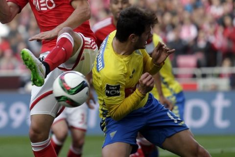 Benfica's Andreas Samaris, tussles for the ball with Estoril's Kleber Pinheiro, right, during a Portuguese league soccer match between Benfica and Estoril at Benfica's Luz stadium, in Lisbon, Saturday, Feb. 28, 2015. Benfica beat Estoril 6-0. (AP Photo/Francisco Seco)