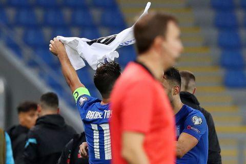 Ο Τάσος Μπακασέτας υψώνει τη φανέλα του Ζέκα μετά το 1-0 επί της Γεωργίας   9 Οκτωβρίου 2021