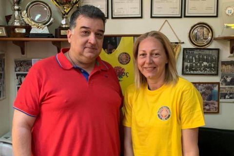 Ο Κώστας Τζιβελέκας, πρόεδρος της Δάφνης, με την προπονήτρια Λία Γκουζίνη