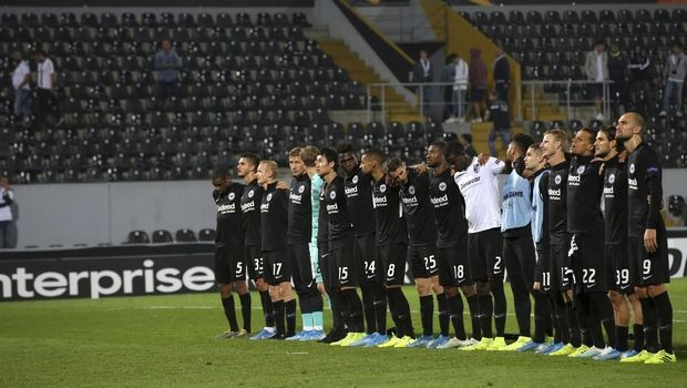 Eintracht Frankfurt players greet supporters at the end of the Europa League group F soccer match between Vitoria SC and Eintracht Frankfurt at the D. Afonso Henriques stadium in Guimaraes, Portugal, Thursday, Oct. 3, 2019. (AP Photo/Luis Vieira)