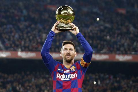"""Ο Λιονέλ Μέσι με τη Χρυσή Μπάλα 2019 στο περιθώριο του αγώνα με τη Μαγιόρκα για τη La Liga 2019-2020 στο """"Καμπ Νόου"""", Βαρκελώνη   Σάββατο 7 Δεκεμβρίου 2019"""