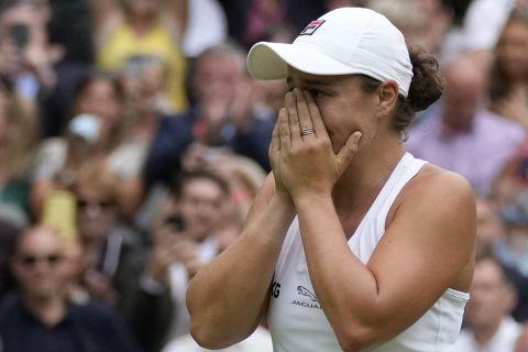 Η Άσλεϊ Μπάρτι στον τελικό του Wimbledon κόντρα στην Καρολίνα Πλίσκοβα συγκινημένη μετά την κατάκτηση του τροπαίου