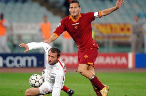 Foto- Scaramuzzino/Omega Roma 31-10-2006. Champions League 2006-2007, Roma-Olympiakos Nella foto: Francesco Totti realizza il goal del pareggio inutilmente contrastato