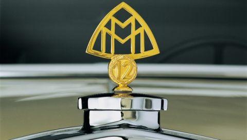 Maybach, historisches Markenzeichen mit zwei in einem Bogendreieck senkrecht verwobenen M für Maybach-Motorenbau. (Fotosignatur der Mercedes-Benz Classic Archive: 443776_735142_1188_1195_40253411)   Maybach, historical trademark with two Ms for Maybach Motorenbau vertically interwoven in a triangle with curved sides. (Photo signature in the Mercedes-Benz Classic archive: 443776_735142_1188_1195_40253411)