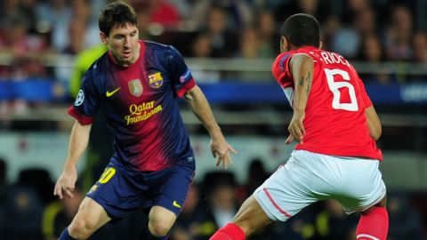 Barcelona's Argentinian forward Lionel Messi (L) vies with Spartak Moscou's Brazilian midfielder Rafael Carioca (R) during the Champions League football match FC Barcelona against Spartak Moscou on September 19, 2012 at the Camp Nou stadium in Barcelona. AFP PHOTO/LLUIS GENE        (Photo credit should read LLUIS GENE/AFP/GettyImages)