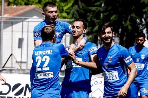 Οι παίκτες του Απόλλωνα Λάρισας πανηγυρίζουν γκολ κόντρα στον ΟΦ Ιεράπετρας για τη Super League 2.