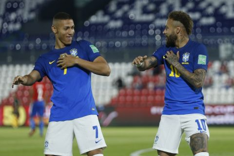 Νεϊμάρ και Ρισάρλιζον πανηγυρίζουν γκολ της Βραζιλίας στην έδρα της Παραγουάης για τα προκριματικά του Παγκοσμίου Κυπέλλου του 2022 (9 Ιουνίου 2021)