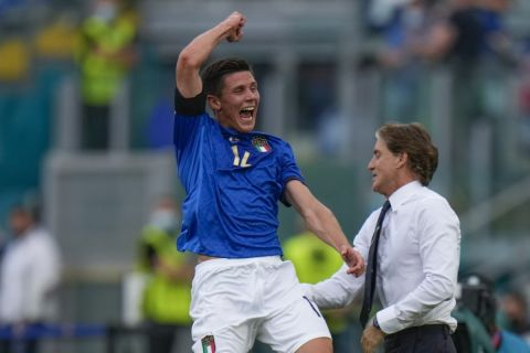 """Ο Ματέο Πεσίνα της Ιταλίας πανηγυρίζει γκολ που σημείωσε κόντρα στην Ουαλία για τη φάση των ομίλων του Euro 2020 στο """"Ολίμπικο"""", Ρώμη   Κυριακή 20 Ιουνίου 2021"""