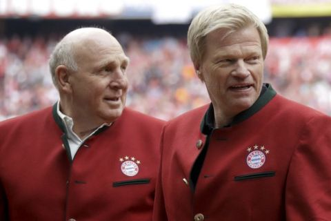 Former Bayern Munich's goalkeeper Oliver Kahn, right, and soccer legend Dieter Hoeness arrive for the German first division Bundesliga soccer match between FC Bayern Munich and SC Freiburg at the Allianz Arena stadium in Munich, Germany, Saturday, May 20, 2017. (AP Photo/Matthias Schrader)