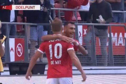 Ο Βαγγέλης Παυλίδης πανηγυρίζει με τον Ντε Βιτ το γκολ κόντρα στην Go Ahead Eagles