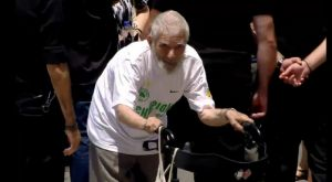 Ο γηραιός φίλος του Παναθηναϊκού που πήγε με καροτσάκι στη Μητρόπολη (VIDEO)