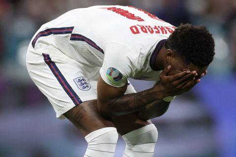 Ο Μάρκους Ράσφορντ περίλυπος μετά από εκτέλεση πέναλτι στον τελικό του Euro 2020 κόντρα στην Ιταλία