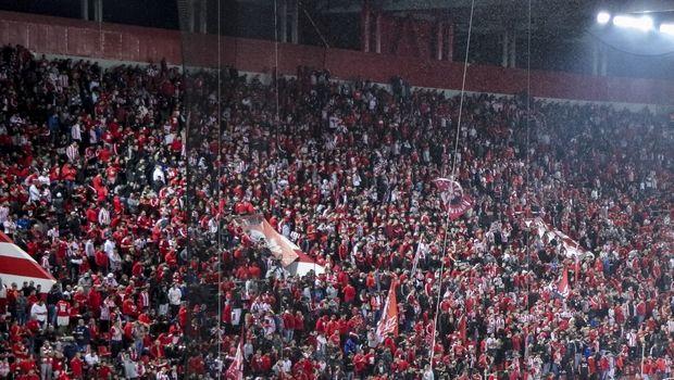 Πανό οπαδών Ολυμπιακού κατά ΠΑΟΚ με πολιτικές αιχμές (PHOTO)