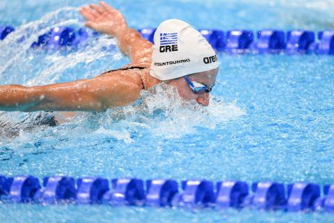 Η Άννα Ντουντουνάκη στην πισίνα