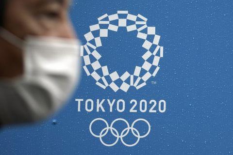 Άνδρας με μάσκα με λογότυπο των Ολυμπιακών Αγώνων