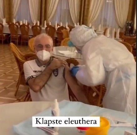 Εμβολιάστηκε φορώντας τη φανέλα του ΠΑΟΚ ο Ιβάν Σαββίδης (+pic)