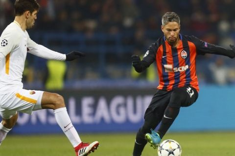 Shakhtar's Marlos, right, duels for the ball with Roma's Federico Fazio during the Champions League, round of 16, first-leg soccer match between Shakhtar Donetsk and Roma at the Metalist Stadium in Kharkiv, Ukraine, Wednesday, Feb. 21, 2018. (AP Photo/Efrem Lukatsky)