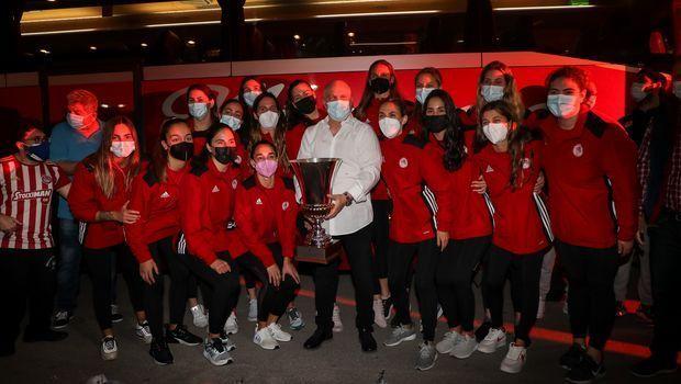 Η αποστολή της ομάδας πόλο γυναικών του Ολυμπιακού στο Καραϊσκάκη