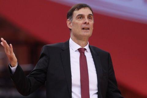 Ο Γιώργος Μπαρτζώκας δίνει οδηγίες στους παίκτες του Ολυμπιακού σε αγώνα της EuroLeague 2020/21