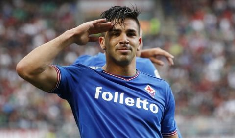 Fiorentina's Giovanni Simeone celebrates after scoring his side's opening goal during the Serie A soccer match between AC Milan and Fiorentina at the San Siro stadium in Milan, Italy, Sunday, May 20, 2018. (AP Photo/Antonio Calanni)