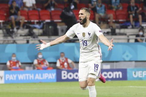 Ο Καρίμ Μπενζεμά πανηγυρίζει το γκολ που σημείωσε κόντρα στην Πορτογαλία