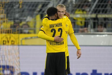 Μπέλινγχαμ και Χάαλαντ πανηγυρίζουν γκολ της Ντόρτμουντ