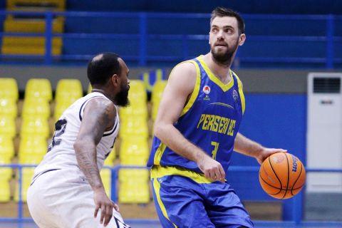 Ο Μάντζαρης σε αγώνα του Basketball Champions League