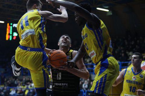 Ο Γκιόργκι Σερμαντίνι σε φάση από αγώνα της Τενερίφης με το Περιστέρι για το Basketball Champions League