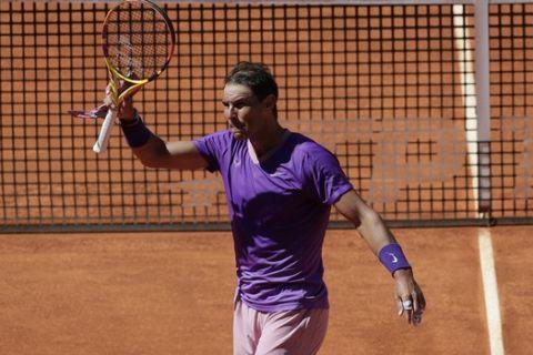 Ο Ναδάλ πανηγυρίζει τη νίκη του κόντρα στον Αλεξέι Ποπίριν στο Madrid Open