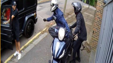 Η σοκαριστική φωτογραφία από την επίθεση με μαχαίρι στον Οζίλ
