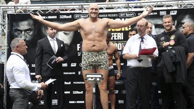 Τέρας στην ζύγιση ο Tyson Fury με 125 κιλά και γεμάτος όρεξη