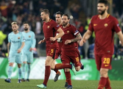 Roma's Daniele De Rossi, 2nd right, runs after scoring his side's second goal during the Champions League quarterfinal second leg soccer match between Roma and FC Barcelona at Rome's Olympic Stadium, Tuesday, April 10, 2018. (AP Photo/Andrew Medichini)