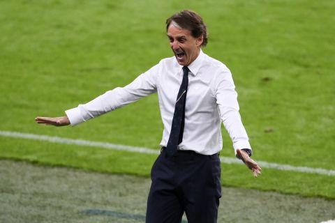 """Ο Ρομπέρτο Μαντσίνι πανηγυρίζει τη νίκη της Ιταλίας επί της Αυστρίας στη φάση των """"16"""" του Euro 2020"""