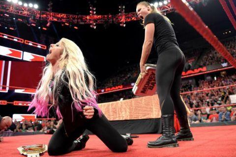 Η Ronda... έδειρε τον Angle, έσπασε κι ένα τραπέζι