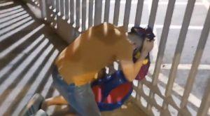 Μέσι: Απελπισμένος οπαδός κλαίει με τη φανέλα του έξω από το Καμπ Νου
