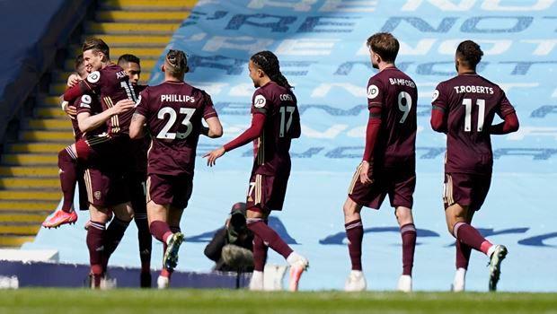 """Ο Στούαρντ Ντάλας (αριστερά) της Λιντς πανηγυρίζει με συμπαίκτες του το γκολ που σημείωσε κόντρα στη Μάντσεστερ Σίτι για την Premier League 2020-2021 στο """"Ετιχάντ"""", Μάντσεστερ   Σάββατο 10 Απριλίου 2021"""