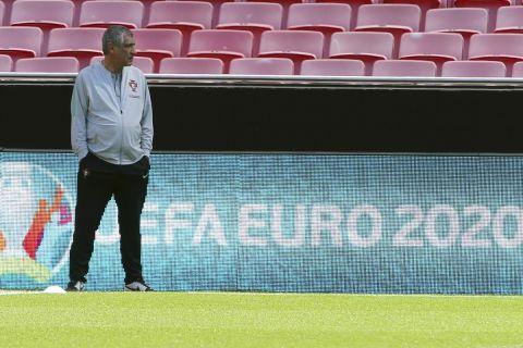 Ο Φερνάντο Σάντος στη διάρκεια της προπόνησης της Πορτογαλίας στο Euro 2020