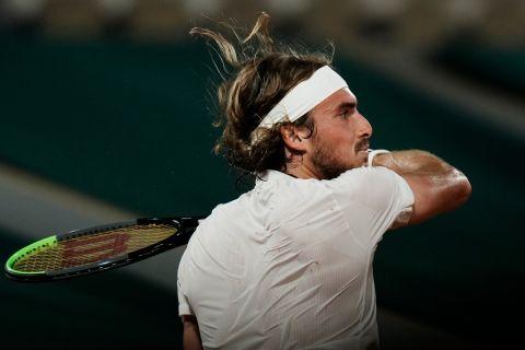 Ο Στέφανος Τσιτσιπάς κόντρα στον Ντανίλ Μεντβέντεφ στα προημιτελικά του Roland Garros (8 Ιουνίου 2021)