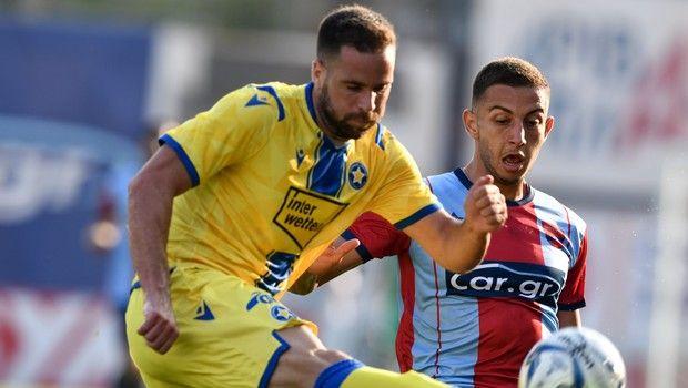 Ο Βαλεντίνος Βλάχος τρέχει με την μπάλα στο Πανιώνιος - Αστέρας για την Super League Interwetten.
