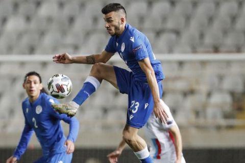 Ο Πίττας κοντρολάρει την μπάλα στο Κύπρος - Λουξεμβούργο στο ΓΣΠ για το Nations League