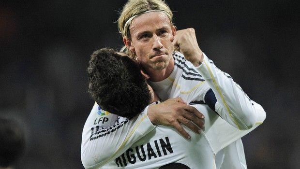 Ο Γκούτι πανηγυρίζει γκολ του με τη φανέλα της Ρεάλ μαζί με τον Γκονσάλο Ιγκουαΐν
